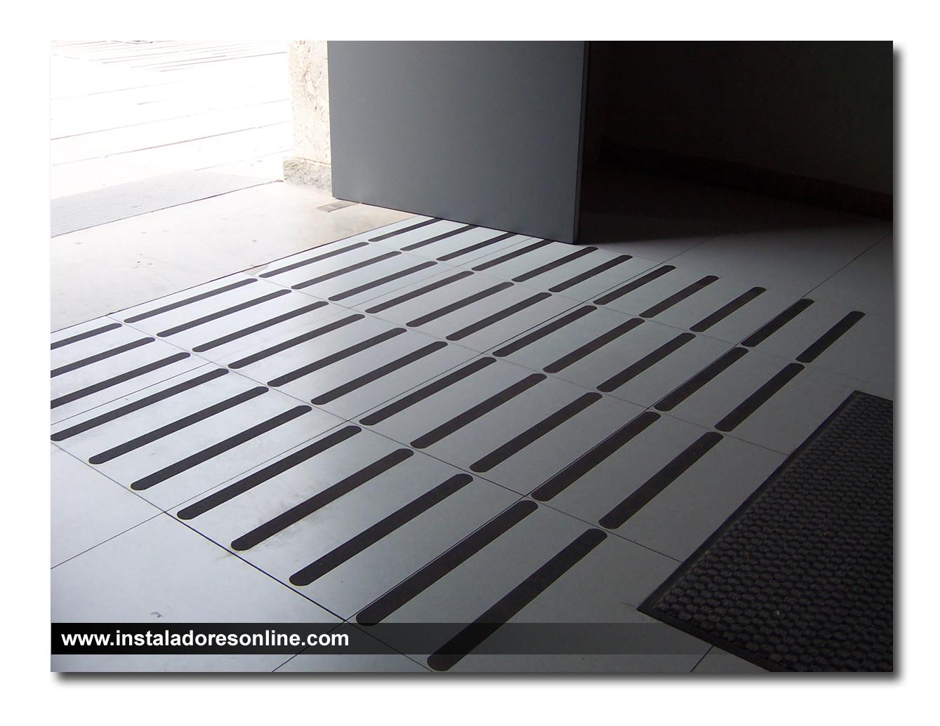 Tiras antideslizantes para rampas transportes de paneles - Suelos antideslizantes para duchas ...